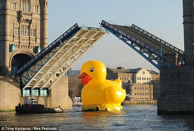 イギリスのロンドン橋を巨大なアヒルが通過(写真) ネタサイトz